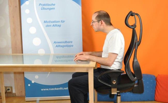 Ergonomischer Arbeitsplatz - so solltest du NICHT sitzen