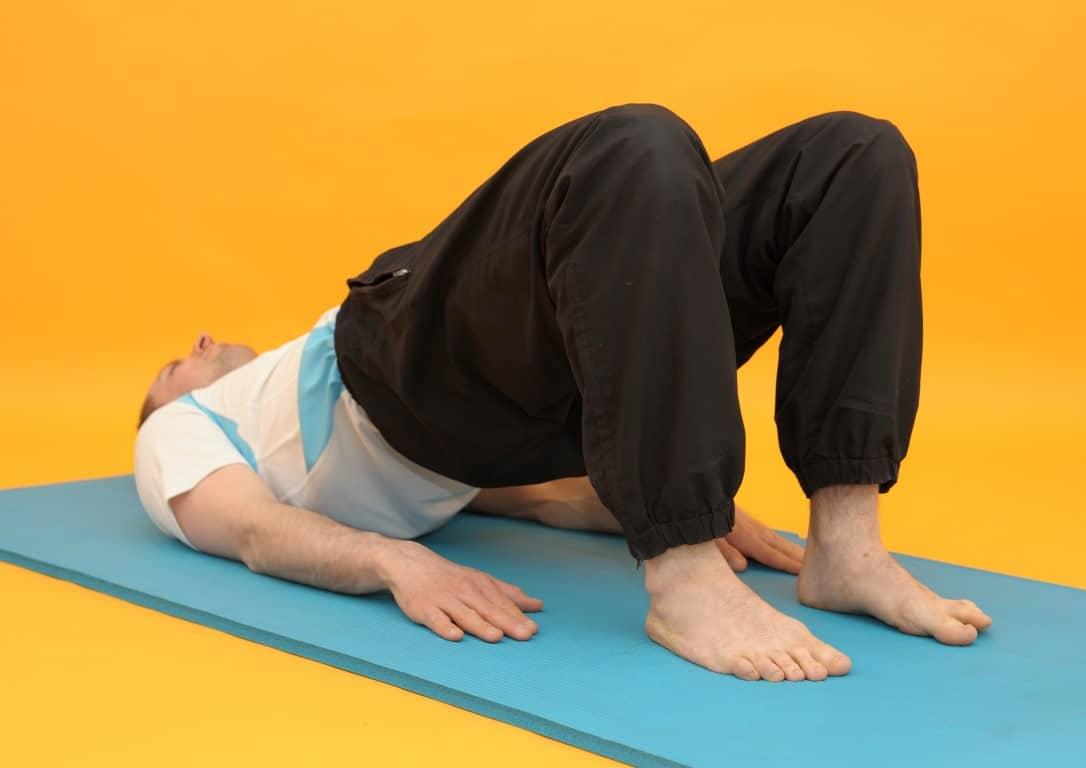 Rückenschmerzen mittlerer Rücken - Rückenbrücke haltend