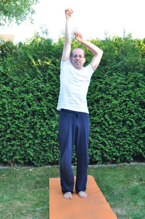 Rückenübungen bei Rückenschmerzen - Nach Äpfeln greifen
