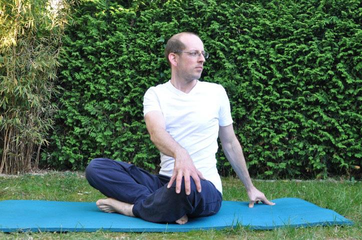 Rückenübungen bei Rückenschmerzen - gedrehter Schneidersitz